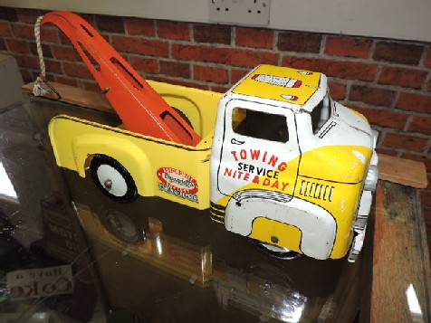 Tin plate tow truck