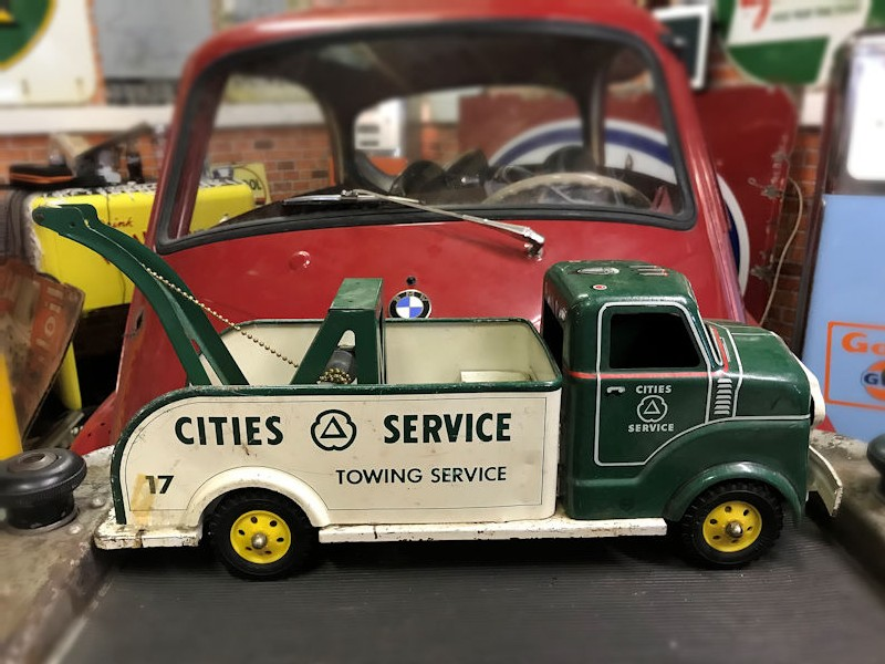 1950s tin plate Cities service station tow truck toy
