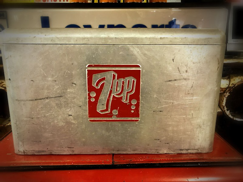 Original vintage aluminium 7 Up cooler chest complete with sandwich tray