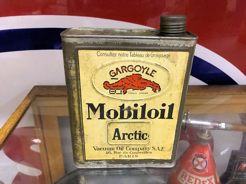 Vintage Mobil oil can